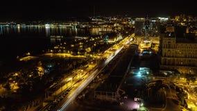 Timelapse van Baku stadsverkeer en Kaspische overzees bij nacht, Azerbeidzjan stock footage
