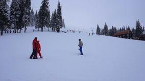 Timelapse van Berijdende Mensen in Ski Resort Slope in Karpatische Bergen stock footage
