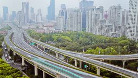 Timelapse van bezig verkeer over viaduct in moderne stad, Shanghai, China stock videobeelden
