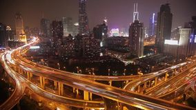 Timelapse van bezig verkeer over viaduct in moderne stad, Shanghai, China stock video