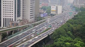 Timelapse van bezig verkeer over viaduct in moderne stad, Shanghai, China stock footage