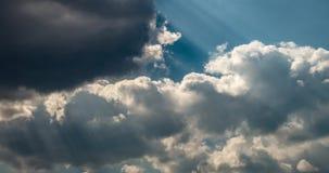 Timelapse van blauwe hemelachtergrond met uiterst kleine cumuluswolken Ophelderingsdag en Goed winderig weer stock videobeelden