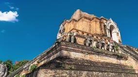 Timelapse van Chedi Luang in Chiang Mai, Thailand op heldere zonnige dag met duidelijke blauwe hemel stock footage