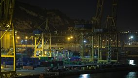 Timelapse van containerverkeer in industriële haven bij nacht, Spanje stock videobeelden