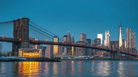 Timelapse van de brug en Manhattan van Brooklyn bij zonsopgang stock videobeelden