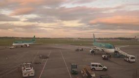 Timelapse van de dageraad van de de luchthavenadvertentie van Dublin stock videobeelden