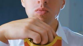 Timelapse van de mens die frieten, schadelijk en smakelijk snel voedsel eten, sluit omhoog stock videobeelden