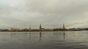 timelapse van de Panoramamening van de stad van Riga, hoofdstad van Letland De dijk van de Daugava-Rivier stock videobeelden