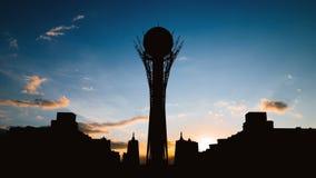 Timelapse van de toren van silhouetbayterek in Astana-hoofdstad van Kazachstan op mooie zonsondergang stock footage