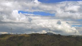 Timelapse van de turbines van de horizontaal-Aswind bovenop een bergketen in Noordoostelijk Portugal Vernieuwbare energie stock footage
