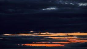 Timelapse van donkere stormachtige hemel met wolken bij nacht stock footage