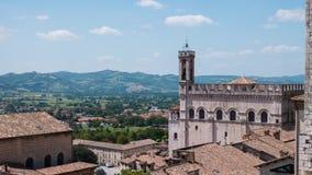 Timelapse van Gubbio en de omringende heuvels, Umbrië, Italië stock videobeelden
