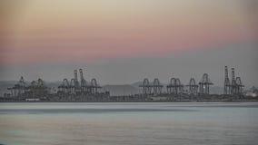 Timelapse van havenkranen bij schemer stock videobeelden