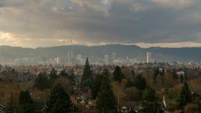Timelapse van het bewegen van wolken en hemel over cityscape van de binnenstad van Portland OF 4k UHD stock video