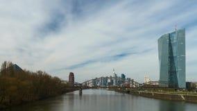 Timelapse van het bewegen van wolken over een wolkenkrabber, Frankfurt-am-Main, Duitsland stock footage