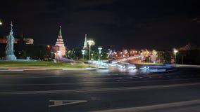 Timelapse van het bezige verkeer van Moskou in het stadscentrum van Moskou, het gebied van het Kremlin, bij nacht Panoramisch ves stock videobeelden