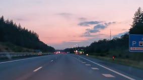 Timelapse van het drijven op de weg in Nederland bij zonsondergang, Europese wegen, 6 Augustus, 2019, Holland stock videobeelden