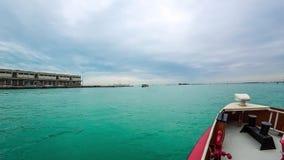 Timelapse van het waterverkeer van Venetië POV-camera op vaporettoboot 4K stock footage