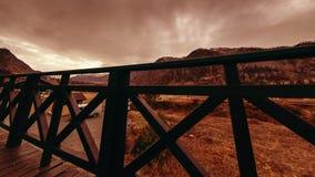 Timelapse van houten omheining op hoog terras bij berglandschap met wolken Horizontale schuifbeweging stock video