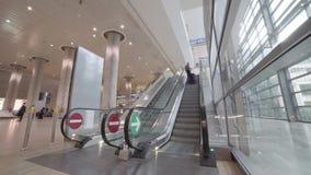 Timelapse van mensen die roltrappen in de luchthaventerminal berijden stock footage