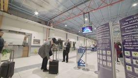Timelapse van mensen in lijn voor luchthavenveiligheidscontrole stock videobeelden