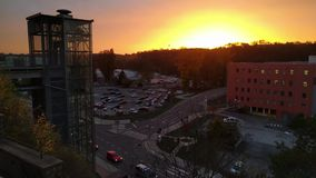 Timelapse van moderne glaslift voor technisch centrum Cesana op de achtergrond van zonsondergang, Mlada Boleslav, Tsjechische Rep stock videobeelden