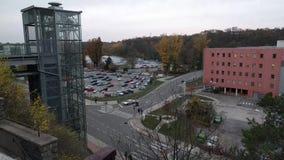 Timelapse van moderne glaslift voor technisch centrum Cesana op de achtergrond van zonsondergang, Mlada Boleslav, Tsjechische Rep stock video
