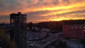 Timelapse van moderne glaslift voor technisch centrum Cesana op de achtergrond van zonsondergang, Mlada Boleslav, Tsjechische Rep stock footage