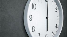 Timelapse van moderne klok op donkere muur stock video