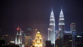 Timelapse van nacht Kuala Lumpur met verlichte wolkenkrabbers stock video