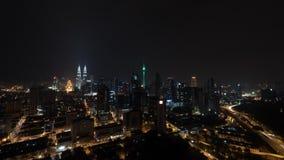 Timelapse van nacht verlicht Kuala Lumpur, Maleisië stock video