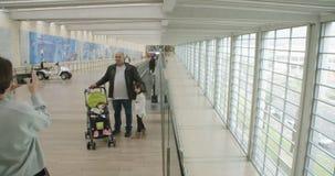 Timelapse van passagiers die door een grote luchthaven eindzaal gaan stock video