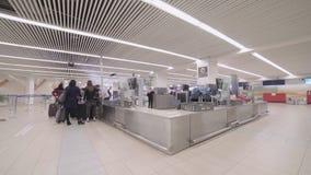 Timelapse van passagiers in luchthaventerminal die door veiligheidscontrole gaan stock videobeelden