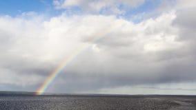 Timelapse van regenboog in meerhemel stock videobeelden