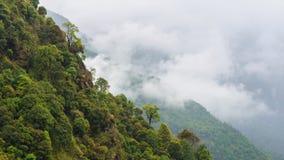 Timelapse van rollende wolken in bergachtig landschap stock videobeelden