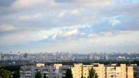Timelapse van schitterende cumuluswolken die zich over Kiev bewegen stock video