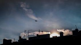 Timelapse van snel bewegende wolken op heldere blauwe hemel met daken Statisch Schot stock footage