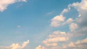 Timelapse van snel bewegende wolken op heldere blauwe hemel Statisch Schot stock video