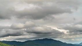 Timelapse van Somber Gray Rainy Sky met Onweerswolken over Tropisch Eiland in Thailand stock video