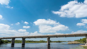 Timelapse van trein die Tay Rail Bridge Athlone, Ierland 4k kruisen stock video