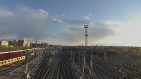 Timelapse van treinen op de spoorweg stock footage