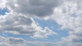 Timelapse van vele snel bewegende wolken op heldere blauwe hemel Statisch Schot stock video