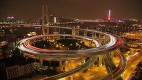 Timelapse van verkeer op Nanpu-Spiraal bij nacht, Shanghai, China stock videobeelden