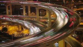 Timelapse van verkeer op Nanpu-Spiraal bij nacht, Shanghai, China stock video