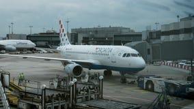 Timelapse van vliegtuig vóór de vlucht in de luchthaven van Frankfurt stock video