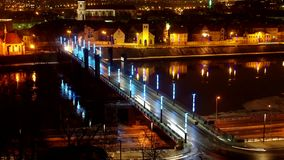 Timelapse van Vytautas de Grote brug in Kaunas bij nacht stock footage