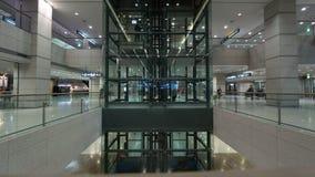 Timelapse van werkende liften bij de luchthaven