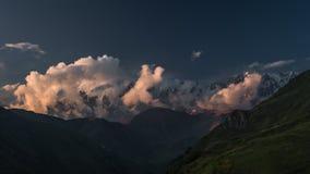 Timelapse van wolken bij bergen bij zonsondergang stock video