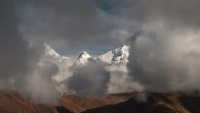 Timelapse van wolken in de bergenvallei die wordt geschoten stock videobeelden