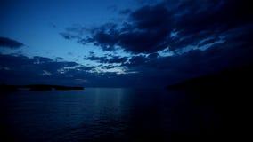 Timelapse van wolken die zich over overzees bij schemering in Kroatië bewegen stock videobeelden